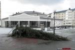 Новогодняя елка в Заславле упала из-за ветра