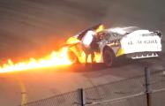 Видеофакт: В США отец гонщика NASCAR спас сына из загоревшейся машины