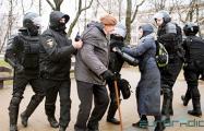 Фотофакт: Трое омоновцев напали в Минске на 81-летнего поэта
