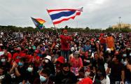 Протесты в Бангкоке: на площадь перед королевским дворцом вышли тысячи людей