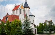 Привет, 90-е. Кто в Беларуси строит «замки» и «церкви» со шпилями?