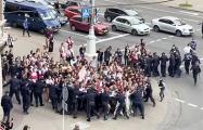 Колонна студентов прорвалась через оцепление ОМОН на проспекте в Минске