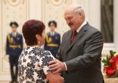 Лукашенко наградил многодетных матерей