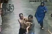 В Китае прохожий поймал выпавшего из окна младенца
