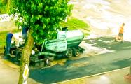 Видеофакт: В Барановичах асфальт кладут прямо в лужи