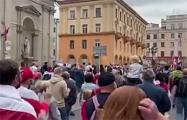 Тысячи белорусов уже возле Октябрьской площади
