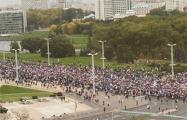 Участники Марша идут от Стелы к площади Победы
