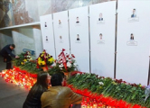 Минчане несут цветы к месту взрыва