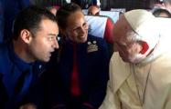 Папа Франциск обвенчал на борту самолета стюардессу и бортпроводника