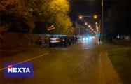 Жители Заводского района идут шествием по проезжей части