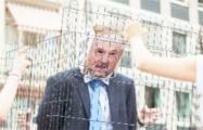 Белорусы Франкфурта посадили Лукашенко в клетку