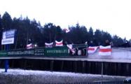 Жители Ангарской устроили акцию с флагами на пешеходном мосту через МКАД