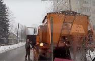 Очевидец: Водитель Infiniti с российскими номерами решил разобраться с коммунальщиком