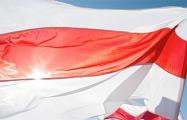 На памятник возле Стелы надели бело-красно-белый флаг