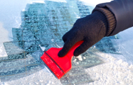 Добро на дороге: Могилевчанин почистил чужую машину от снега