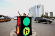 В Китае полицейский и нарушительница ПДД встали друг перед другом на колени