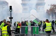 Митингующие в Париже построили баррикады в центре города