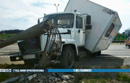 На МКАД у грузовика на ходу отвалились колеса, и он снес столб
