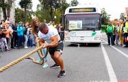 Видеофакт: Белорусский силач протянул 12-тонный троллейбус на десять метров