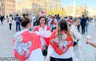 Более 200 человек собралось на площади в Амстердаме, чтобы поддержать белорусов