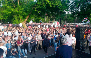 Более 10 тысяч человек спели в Витебске хит «Стены рухнут»
