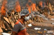 По всей Индии круглосуточно горят массовые погребальные костры