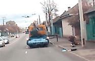 Видеофакт: В Гомеле эвакуатор сбил откидным упором пешехода