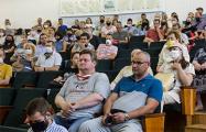 В Бресте активисты массово бойкотировали встречу с совладельцем завода АКБ