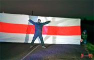Жители Лунинца устроили акцию с большим национальным флагом
