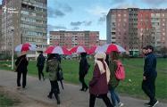 Минчанки вышли на прогулку с бело-красно-белыми зонтами