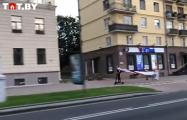 В Минске супергерой Бэтмен мчится на самокате с национальным флагом