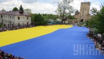 Жители Луцка развернули самый большой в мире флаг Украины