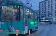 По Минску ездил трамвай с бело-красно-белым флагом