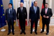 Над главой МИД Украины посмеялись за костюм не по размеру