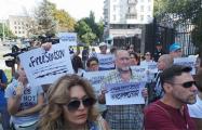 «Свободу Олегу Сенцову!»: жители Киева вышли к посольству РФ