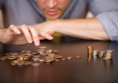 Зарплата у бюджетников упала на 5,7 процента