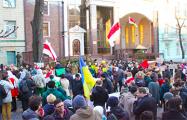 Сотни украинцев пикетировали белорусское посольство в Киеве