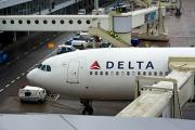 Самолет Delta Airlines съехал с взлетно-посадочной полосы в аэропорту Нью-Йорка