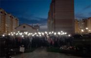 Жители микрорайона в Барановичах собрались вместе и зажгли фонарики