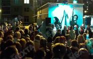 Актеры Купаловского театра приехали на «площадь Перемен» на улице Червякова