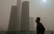 Китай опять накрыла мощная песчаная буря: фоторепортаж