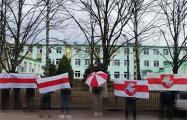 Жители Боровлян вышли в поддержку соседа-медика