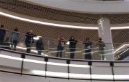 Белорусы поют «Магутны Божа» в ТЦ Dana Mall в Минске