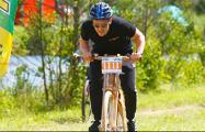 Житель Гродно проехал марафон на деревянном велосипеде