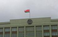 Фотофакт: Ветер порвал лукашенковский флаг над Мингорисполкомом