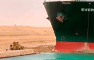 Вокруг заблокировавшего Суэцкий канал судна углубляют дно