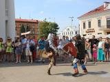 Минчанам показали рыцарские бои и белорусские танцы