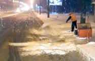 Рассерженные водители: Почему дорожники в Беларуси сбрасывают снег под колеса?