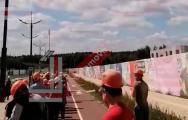 Видеофакт: Рабочие МАПИД поднимают государственный бело-красно-белый флаг на огромную высоту