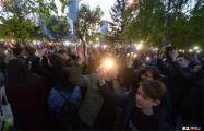 Видеофакт: Протестующие в Екатеринбурге устроили флешмоб с фонариками